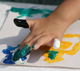 mano-de-niño-pintando-portada
