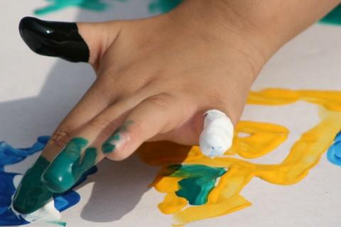 mano de niño pintando noticia 480x320 - ACADE defiende en la Comunidad de Madrid que las becas se destinen únicamente a las familias de las escuelas infantiles privadas
