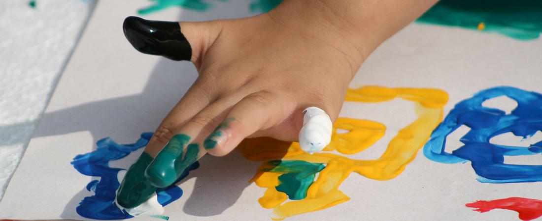 mano de niño pintando noticia - ACADE defiende en la Comunidad de Madrid que las becas se destinen únicamente a las familias de las escuelas infantiles privadas