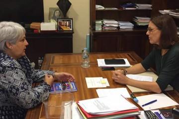 La presidenta de ACINTE, la asociación de escuelas infantiles de Tenerife, se reúne con vicepresidenta del Parlamento autonómico