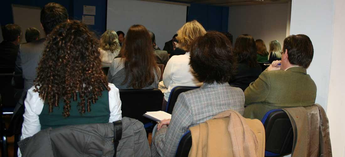 publico de espaldas web - ACADE solicita ayudas para la enseñanza privada por la crisis de la COVID-19