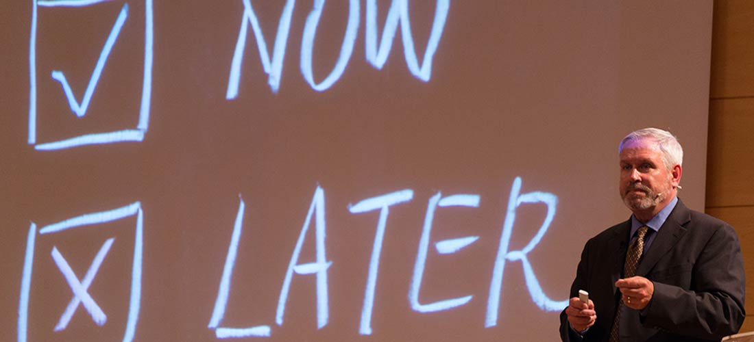 "Bob Lenz en un momento de su intervención en el I Foro de Innovación Educativa de Caxton Collegeweb - Bob Lenz: ""¿Enseñamos bien a los alumnos a gestionar sus vidas?"" Foro de Innovación Educativa de Caxton College"