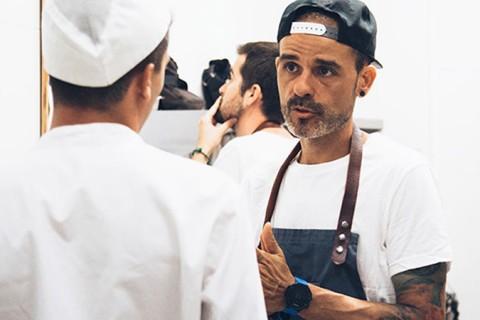 Juan Llorca formando a los cocineros 480x320 - El grupo educativo Iale-Elian's promueve la alimentación saludable