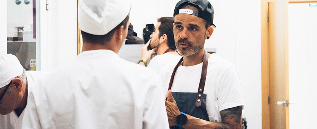 Juan Llorca formando a los cocineros - El colegio Europeo de Madrid celebró el Día de Europa con Richard Vaughan y el deportista Ángel Sanz
