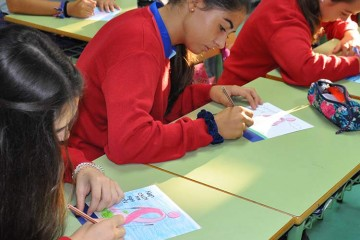 Los alumnos de El Centro Inglés decoran los dorsales del I Encuentro Andaluz de Marcha Nórdica y Cáncer de Mama