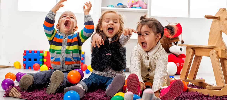 niños jugando riendo - Nueva deducción de hasta 1.000 euros anuales para madres trabajadoras con hijos escolarizados en primer ciclo de centros de educación infantil autorizados