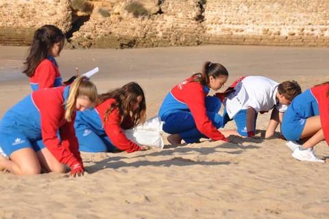 centro ingles playa 480x320 - Voluntariado de limpieza de los alumnos de El Centro Inglés en la playa de Muralla