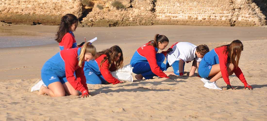 centro ingles playa - Voluntariado de limpieza de los alumnos de El Centro Inglés en la playa de Muralla