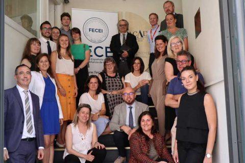 fecei acuerdo plasticos 480x320 - FECEI reúne a editoriales y entidades de evaluación de idiomas para reducir el uso de plásticos en el sector