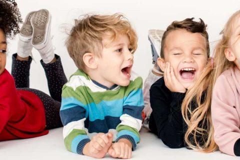 niños riendo 480x320 - 10 claves para que los niños se diviertan en verano sin dejar de aprender