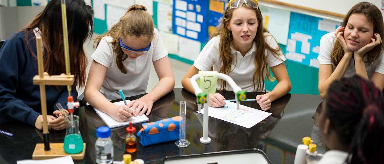 estudiantes quimica - Los centros educativos privados ahorraron al Estado más de 5.700 millones de euros en 2018