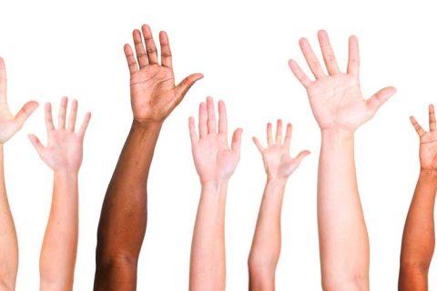 manos levantadas 480x320 - #Reto 20/30 busca 100 jóvenes para ayudar a cambiar el mundo en 1 día