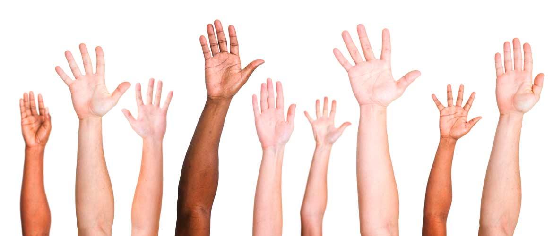 manos levantadas - Se buscan 100 jóvenes promotores globales para ayudar a cambiar el mundo en 1 día