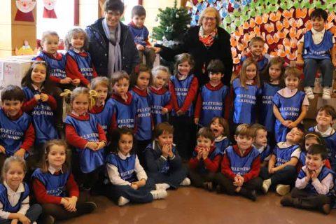 fotogrupo 480x320 - Éxito de la campaña navideña en el colegio Peleteiro con la recolección de más de 4.400 kilos