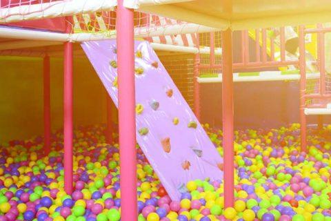 piscina de bolas sin niños web 480x320 - ACADE denuncia que se mantengan abiertos centros que actúan como escuelas infantiles sin la autorización de las Consejerías