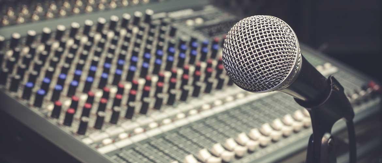 mesa mezcla radio - Alejandro Monzonís en el programa de radio EducaAcción