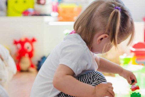 niña con tren 480x320 - ACADElograayudas para los centros de educación infantil querecibían cheque o bono escolar