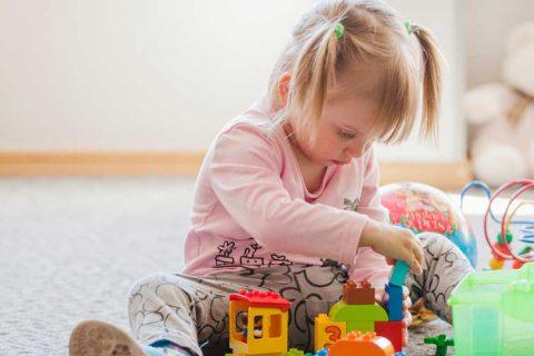 """niña jugando 1 480x320 - Bracho, en Andalucía: """"No es prudente por seguridad sanitaria para alumnos y empleadas iniciar la actividad de las escuelas infantiles antes de septiembre"""""""