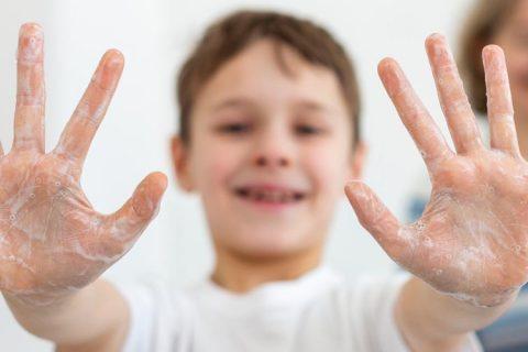 niño lavandose las manos 480x320 - El presidente de ACADE se reúne con la Comunidad de Madrid para analizar la reapertura de los centros educativos