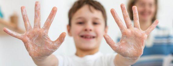 niño lavandose las manos 570x220 - Home