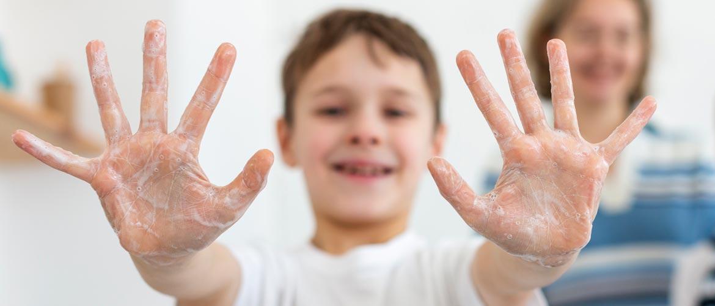 niño lavandose las manos - Webinar #VueltaSeguraAClase, lunes 11 mayo