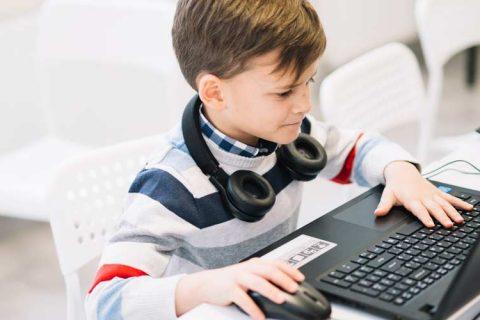 """niño con ordenador 480x320 - """"Hay que educar a los jóvenes para que aprendan a manejarse con seguridad en el entorno digital"""""""